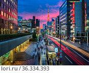 TOKYO, JAPAN - JUNE 9, 2015: Evening Rush Hour near Tokyo Tower, ... Стоковое фото, фотограф Zoonar.com/Andrey Omelyanchuk / age Fotostock / Фотобанк Лори