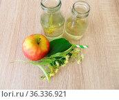 Frisch gemachte Limonade mit Lindenblüten und Apfelsaft in kleinen... Стоковое фото, фотограф Zoonar.com/Heike Rau / easy Fotostock / Фотобанк Лори