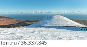 Slieve Binnian South Tor in snow, Mourne Mountains, Mourne Mountains, County Down, Northern Ireland. January 2021. Стоковое фото, фотограф Robert  Thompson / Nature Picture Library / Фотобанк Лори