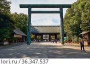 Sando, the road approaching the Yasukuni Shrine at Chiyoda. Tokyo. Japan (2019 год). Редакционное фото, фотограф Serg Zastavkin / Фотобанк Лори