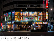 The night illumination of traditional japanese ramen restaurant at Ningyocho Station. Tokyo. Japan (2019 год). Редакционное фото, фотограф Serg Zastavkin / Фотобанк Лори