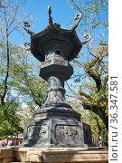 The bronze lantern in the garden of Yasukuni Shrine in Chiyoda, Tokyo. Japan (2019 год). Стоковое фото, фотограф Serg Zastavkin / Фотобанк Лори