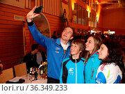 Empfang der Weltmeister 2017 Breitnau: Schnell noch ein Selfie mit... Стоковое фото, фотограф Zoonar.com/Joachim Hahne / age Fotostock / Фотобанк Лори