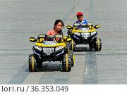 Kinder fahren in elektrisch betriebenen Spielzeugautos auf dem Sukhbaatar... Стоковое фото, фотограф Zoonar.com/Pant / age Fotostock / Фотобанк Лори