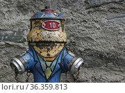 Lustig bemalte Hydranten in einem alten Walliser Dorf in der Schweiz. Стоковое фото, фотограф Zoonar.com/Hans Eder / easy Fotostock / Фотобанк Лори