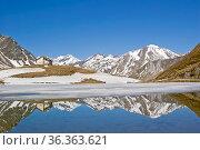 Der Passsee auf dem Klammljoch in Südtirol zur Zeit der Schneeschmelze... Стоковое фото, фотограф Zoonar.com/Christa Eder / easy Fotostock / Фотобанк Лори