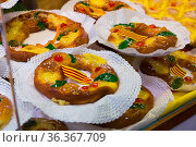 Delicious tortell - ring shaped brioche decorated with sugared fruit and traditionally eaten in Catalonia during celebration of Epiphany. Стоковое фото, фотограф Яков Филимонов / Фотобанк Лори