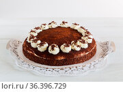 Tiramisu Torte auf weißem Holz rustikal. Стоковое фото, фотограф Zoonar.com/Nils Melzer / easy Fotostock / Фотобанк Лори
