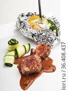 Schweinefilet und braune Pfeffersauce auf einem weißen Teller. Стоковое фото, фотограф Zoonar.com/Photographer: Bernd Juergens / easy Fotostock / Фотобанк Лори