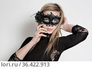 Schöne Unbekannte mit Maske gibt sich geheimnisvoll. Стоковое фото, фотограф Zoonar.com/Hans Eder / easy Fotostock / Фотобанк Лори
