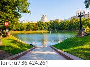 Патриаршие пруды. Солнечное летнее утро. Москва. Редакционное фото, фотограф E. O. / Фотобанк Лори