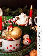 Becher heisse Schokolade und bunte Plaetzchen zu Weihnachten. Стоковое фото, фотограф Zoonar.com/Barbara Neveu / easy Fotostock / Фотобанк Лори