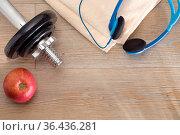 Fitness-Equipment - Hantel, Handtuch und Apfel auf Holz. Стоковое фото, фотограф Zoonar.com/Petra Schüller / easy Fotostock / Фотобанк Лори