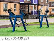 Public weight machines outdoor in the yard of a modern residential building. Стоковое фото, фотограф Евгений Харитонов / Фотобанк Лори