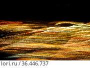Lichtbahnen, die sich wellenfoermig und in fliessender Bewegung ausdehnen... Стоковое фото, фотограф Zoonar.com/Bernhard Kuh / easy Fotostock / Фотобанк Лори