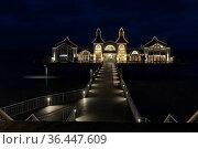 Seebrücke in Sellin, Rügen, bei Nacht. Стоковое фото, фотограф Zoonar.com/Harald Biebel / easy Fotostock / Фотобанк Лори