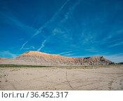 Eine flache Ebene vor einer Tafelberg ähnlichen Berggkette. Стоковое фото, фотограф Zoonar.com/Christian Länger / easy Fotostock / Фотобанк Лори