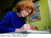 Happy mature artist woman painting on canvas at home studio. Express... Стоковое фото, фотограф Zoonar.com/Yelizaveta Tomashevska / easy Fotostock / Фотобанк Лори