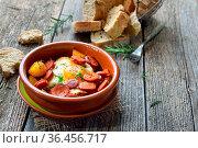Spanische Tapa: Gebratene scharfe Chorizo Bratwurst mit Spiegelei... Стоковое фото, фотограф Zoonar.com/Karl Allgäuer / easy Fotostock / Фотобанк Лори