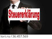 Steuererklärung schild wird von geschäftsmann gehalten. Стоковое фото, фотограф Zoonar.com/Nils Melzer / easy Fotostock / Фотобанк Лори