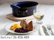 Rouladen vom Rind mit Kartoffeln und Rotkohl. Стоковое фото, фотограф Zoonar.com/Nils Melzer / easy Fotostock / Фотобанк Лори