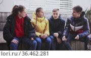 Group of teenage friends chatting outdoor on city street. Стоковое видео, видеограф Яков Филимонов / Фотобанк Лори