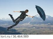 Junge Frau mit Regenschirm fliegt mit ihrem Schirm stetig nach oben. Стоковое фото, фотограф Zoonar.com/Hans Eder / easy Fotostock / Фотобанк Лори
