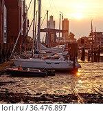 Husumer Hafen, Binnenhafen, Tidehafen bei Ebbe und Sonnenuntergang... Стоковое фото, фотограф Zoonar.com/Stefan Ziese / age Fotostock / Фотобанк Лори