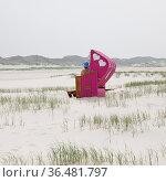 Strandkorb mit zwei Herzen am Strand, Norddorf, Insel Amrum, Nordfriesland... Стоковое фото, фотограф Zoonar.com/Stefan Ziese / age Fotostock / Фотобанк Лори