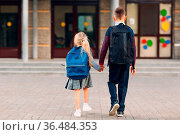 Two elementary students brother and little sister going back to school... Стоковое фото, фотограф Zoonar.com/Max / easy Fotostock / Фотобанк Лори