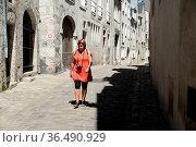 Blois, Loire, frau, person, mensch, frankreich, gasse, altstadtgasse... Стоковое фото, фотограф Zoonar.com/Volker Rauch / easy Fotostock / Фотобанк Лори