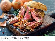 Resches Brötchen mit saftigen Steakstreifen vom Rind medium gegrillt... Стоковое фото, фотограф Zoonar.com/Karl Allgäuer / easy Fotostock / Фотобанк Лори