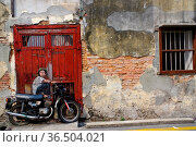 PENANG, MALAYSIA - April 18, 2016: A General view of a mural 'Boy... Стоковое фото, фотограф Zoonar.com/PAUL WASCHTSCHENKO / age Fotostock / Фотобанк Лори