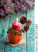 Stimmungsvolle Herbstdekoration mit fruchtigem Kerzenständer. Стоковое фото, фотограф Zoonar.com/Petra Schüller / easy Fotostock / Фотобанк Лори