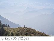 Bergwanderer auf dem Gipfel des Heubergs, einem beliebten Ziel in... Стоковое фото, фотограф Zoonar.com/Eder Christa / easy Fotostock / Фотобанк Лори
