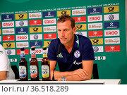 Trainer Markus Weinzierl (Schalke 04), Pressekonferenz nach dem Spiel... Стоковое фото, фотограф Zoonar.com/Joachim Hahne / age Fotostock / Фотобанк Лори