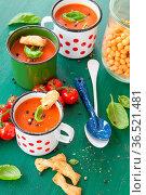 Frische Tomatensuppe mit Basilikum in rustikalem Becher. Стоковое фото, фотограф Zoonar.com/Barbara Neveu / easy Fotostock / Фотобанк Лори