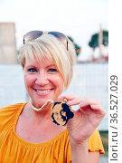 Weiblicher DTK-Fan mit Maske des Kultsängers beim Zeltmusikfestival... Стоковое фото, фотограф Zoonar.com/Joachim Hahne / age Fotostock / Фотобанк Лори