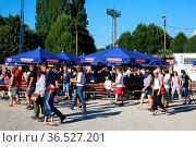 Besucher auf dem Weg zum Zeltmusikfestival ZMF Freiburg - Niedeckens... Стоковое фото, фотограф Zoonar.com/Joachim Hahne / age Fotostock / Фотобанк Лори