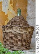 Gut geschützt - Weinflasche im Korb. Стоковое фото, фотограф Zoonar.com/Eder Christa / easy Fotostock / Фотобанк Лори