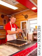 Mann macht Poffertjes in einer Bude auf dem Albert Cuypmarkt in Amsterdam... Стоковое фото, фотограф Zoonar.com/Dirk Rueter / age Fotostock / Фотобанк Лори