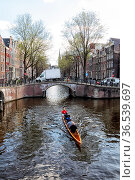 Ruderboot auf der Leidsegracht in Amsterdam, Niederlande. Rowing ... Стоковое фото, фотограф Zoonar.com/Dirk Rueter / age Fotostock / Фотобанк Лори