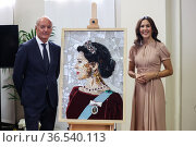 Maurizio Giani, Princess Mary with a portrait of her made with recycled... Редакционное фото, фотограф Claudia Greco / AGF/Claudia Greco / AGF / age Fotostock / Фотобанк Лори
