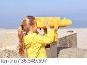A girl looking at the ocean through a binoscope. Стоковое фото, фотограф Ирина Аринина / Фотобанк Лори