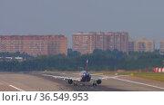 Passenger plane taxiing to the runway (2020 год). Редакционное видео, видеограф Игорь Жоров / Фотобанк Лори