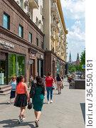 Пешеходы на Тверской улице. Москва (2019 год). Редакционное фото, фотограф Александр Щепин / Фотобанк Лори