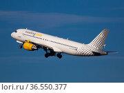 Vueling airbus EC-LLM soaring from El Prat Airport (2020 год). Редакционное фото, фотограф Яков Филимонов / Фотобанк Лори
