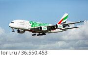 Emirates airbus landing in Barcelona-El Prat Airport (2020 год). Редакционное фото, фотограф Яков Филимонов / Фотобанк Лори