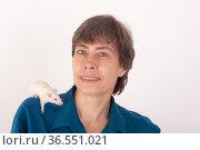 Portrait of a woman with a white rat. Стоковое фото, фотограф Argument / Фотобанк Лори
