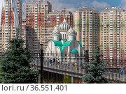 Krasnogorsk, Russia - 22 July. 2021. Microdistrict Pavshinskaya floodplain and Cathedral of St. Nicholas (2000 год). Редакционное фото, фотограф Володина Ольга / Фотобанк Лори